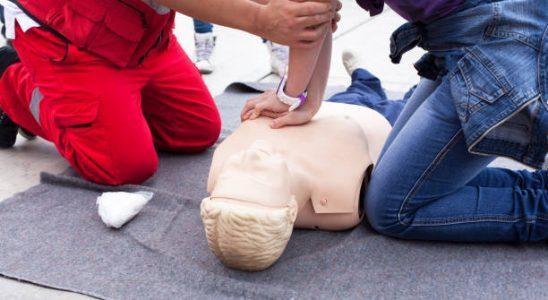 Entraînement au massage cardiaque sur un mannequin de secourisme pendant une formation de secourisme