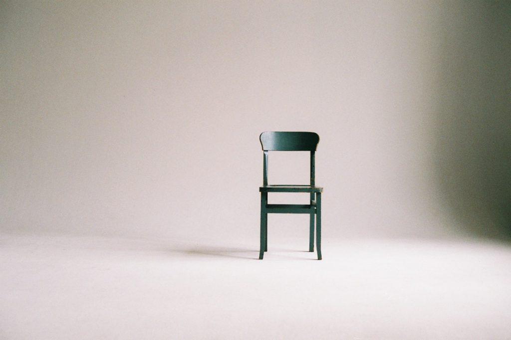 chaise au milieu d'une pièce vide