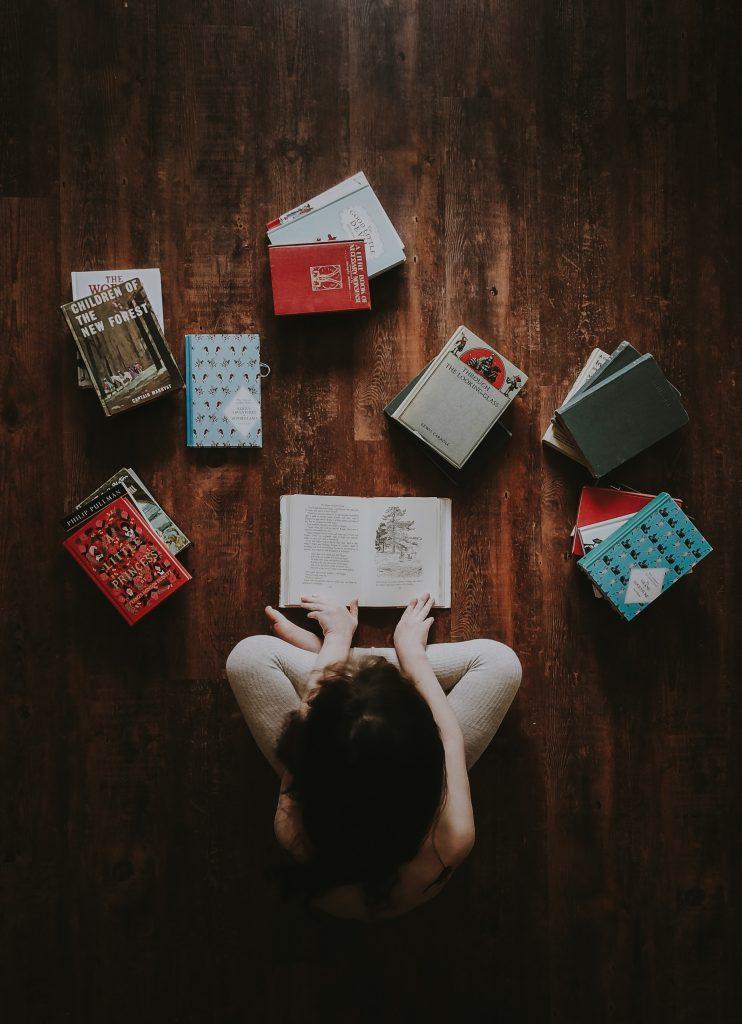 Femme entourée de livres