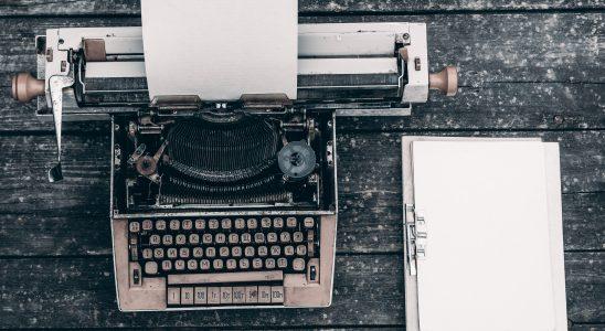 Texte près d'une machine à écrire