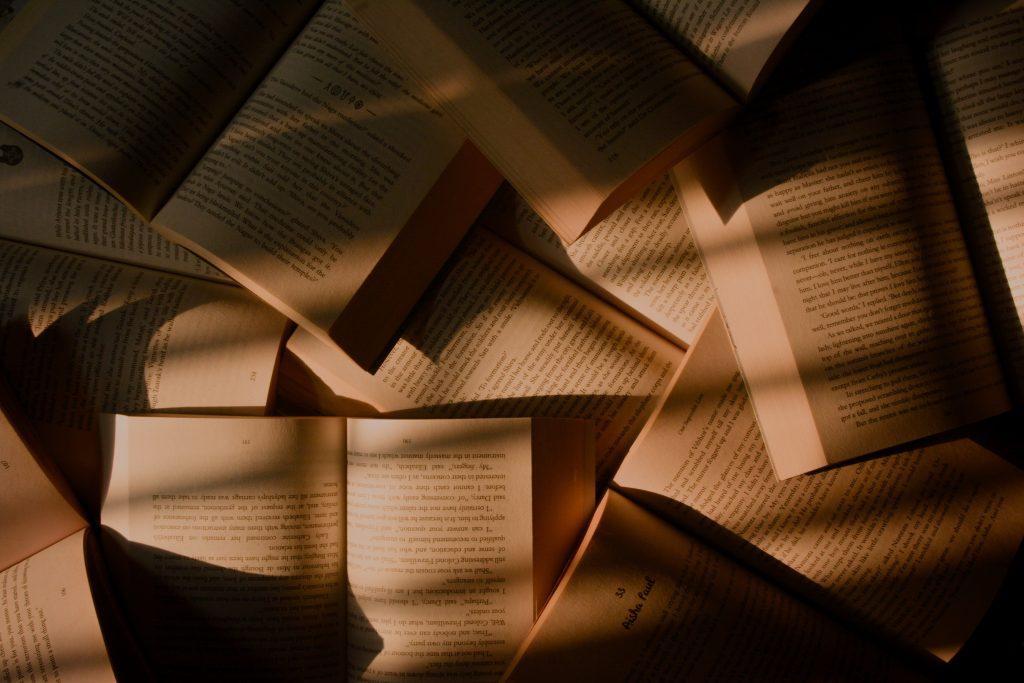 Tas de livres ouverts