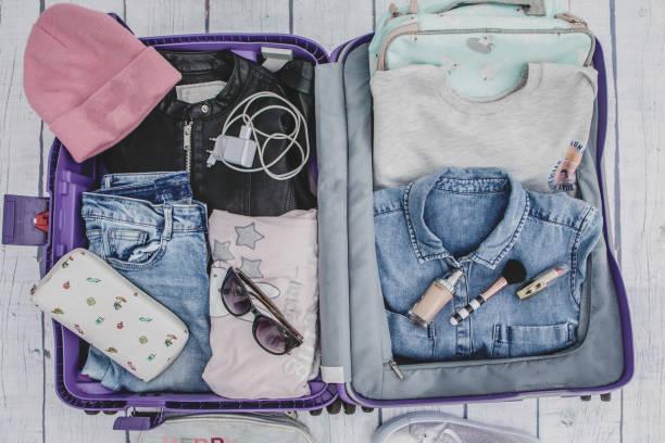 Valise ouverte avec des vêtements de fille