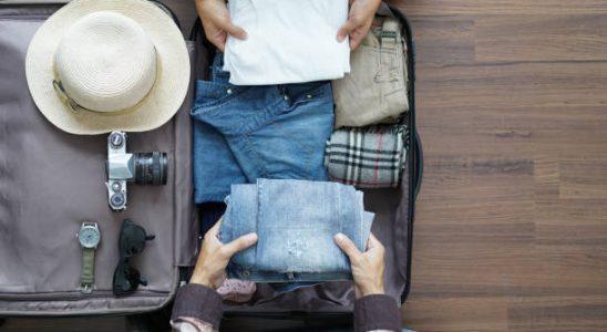Deux personnes qui mettent des vêtements dans une valise