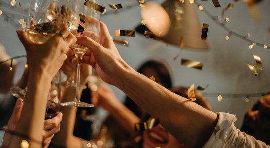 Groupe d'amis qui trinquent avec leur coupe de champagne pour le Nouvel An