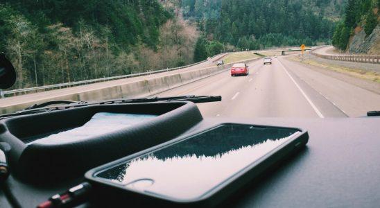 Smartphone sur le tableau de bord