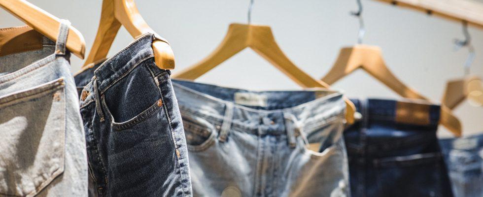 jeans suspendus à des cintres