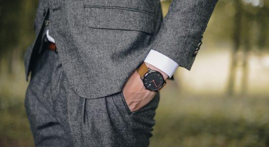 Homme en costume chic qui porte une montre de luxe