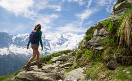 femme faisant une randonnée en montagne